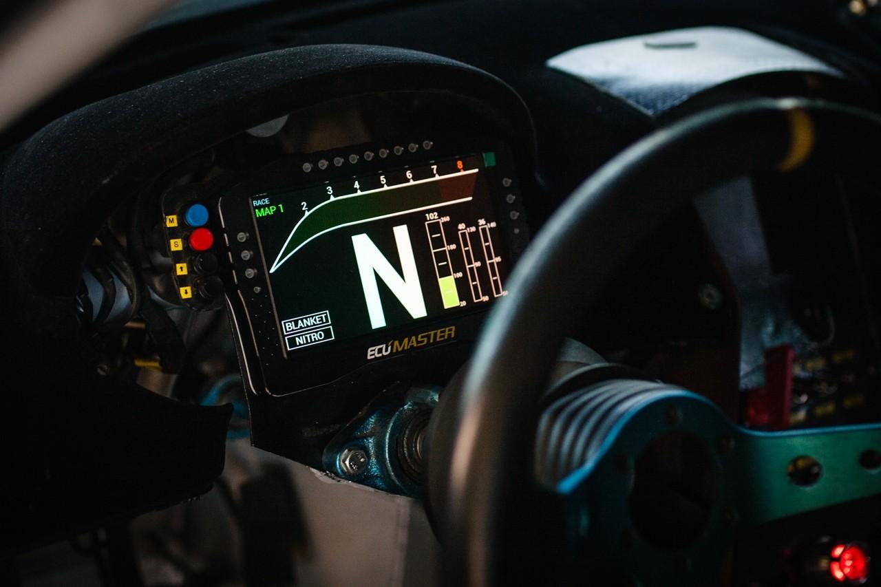 Wyświetlacz w samochodzie z instalacją podtlenku azotu